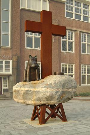Golgotha-2003-brons-cortenstaal-zwerfkei-joost-van-den-toorn