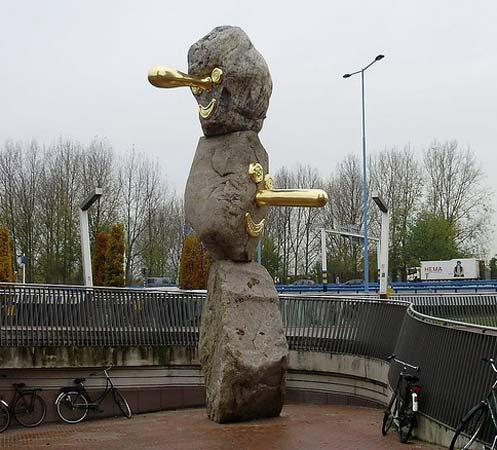 de_aardappelmannetjes-2008-zwerfkeien-brons-bladgoud-joost-van-den-toorn